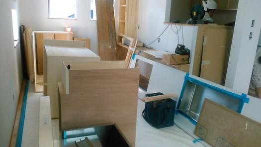 リビング一面に拡げられたキッチンの家具
