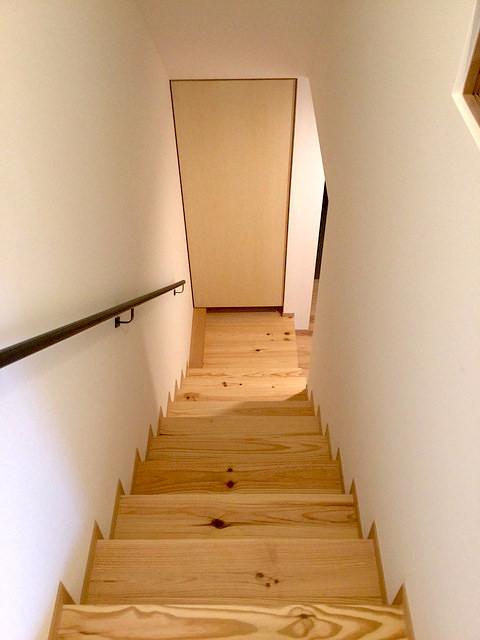 1〜2階の階段室。突き当り物入れ下に、冷気吸い込みの換気扇が仕込まれています。