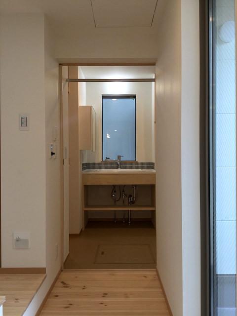 洗面所。左にトイレ。右に浴室があります。