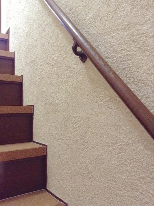 漆喰の壁とコルク貼りの階段