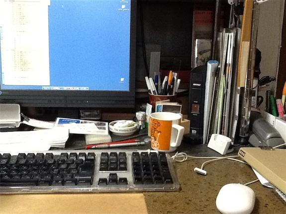 片付かない机