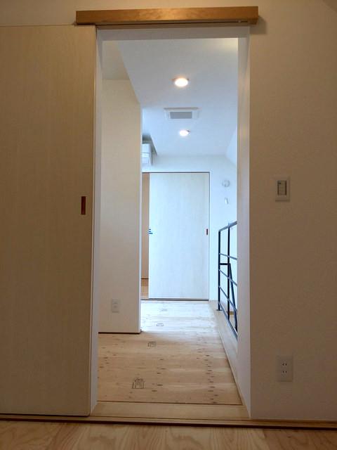 3階廊下。3階床は、薄タタミが最後に敷かれます。