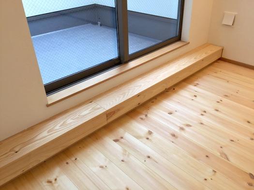 2階リビングのバルコニー窓。1段目の床との隙間に見えるところから、3階の暖気が吹き出します。