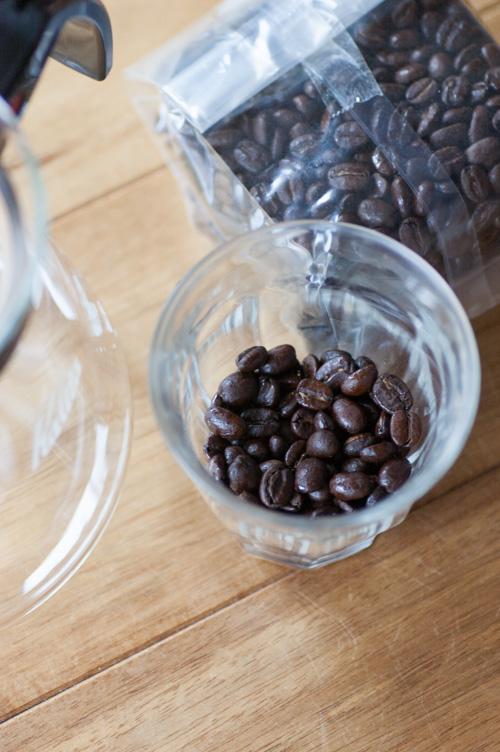 豆を挽く01
